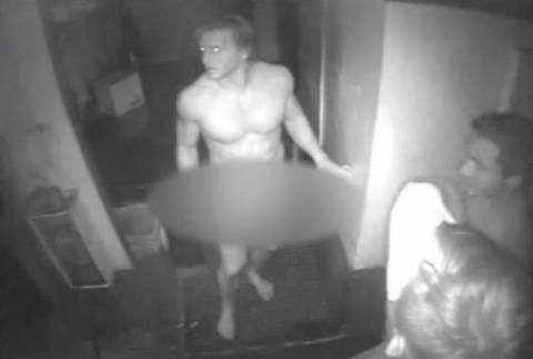 Τρεις γυμνοί ληστές έκλεψαν... χάμπουργκερ! (βίντεο)