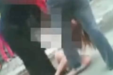 Κίνα: Τη χτύπησαν και της έσκισαν τα ρούχα για να την τιμωρήσουν (video)