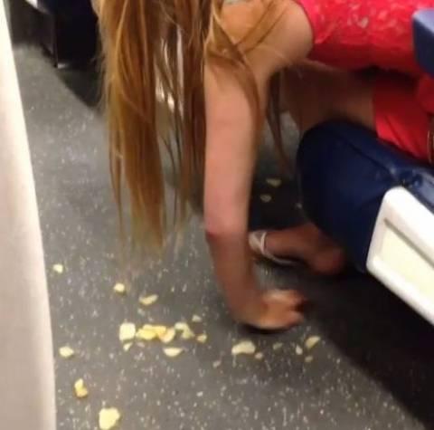 Μεθυσμένη γυναίκα τρώει πατατάκια από το πάτωμα του τρένου (βίντεο)