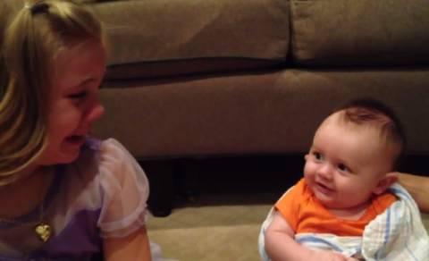 Επικό βίντεο: Καταρρέει όταν μαθαίνει ότι ο αδερφός της θα... (βίντεο)