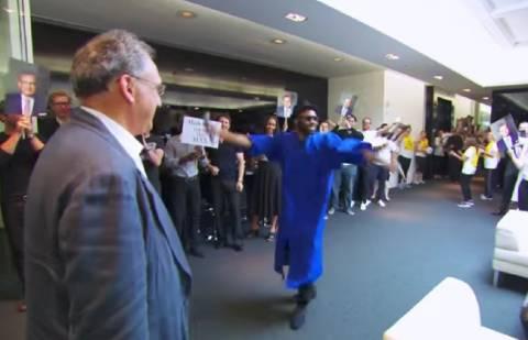 Απίστευτο: Ποιος είπε ότι οι υπάλληλοι δεν αγαπούν τα αφεντικά τους; (βίντεο)