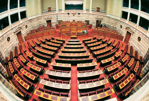 Σφοδρή κόντρα στη Βουλή για την υπόθεση της Μανωλάδας