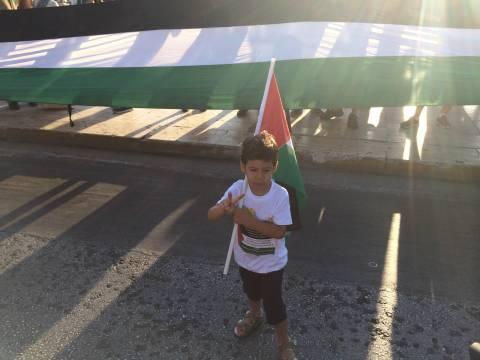 O μικρός Παλαιστίνιος στέλνει μήνυμα νίκης σε όλο τον κόσμο