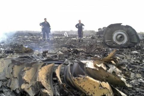 Μαλαισία αεροπλάνο: Πυρά έδιωξαν εμπειρογνώμονες από σημείο της συντριβής