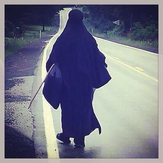 ΗΠΑ: Σάλος με τη μυστηριώδη μαυροφορεμένη γυναίκα! (video+photos)