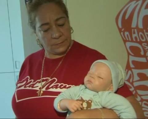 Έσπασαν το αυτοκίνητο για να σώσουν ένα μωρό... κούκλα! (pic+video)