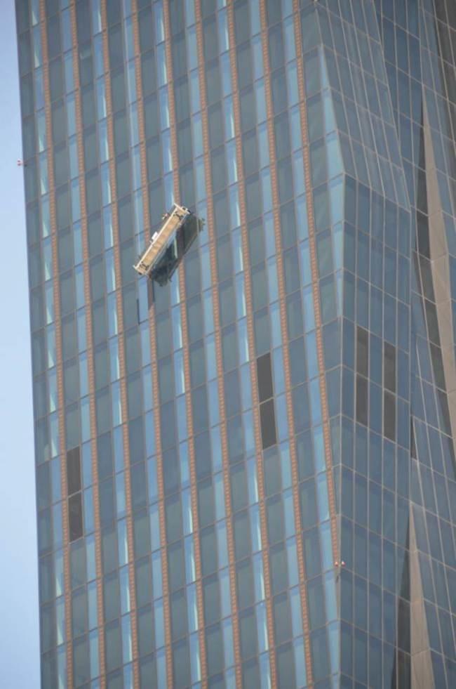 Βιέννη: Υαλοκαθαριστές αιωρούνταν σε ουρανοξύστη! (photos)