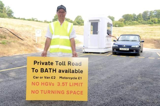 Βρετανός κατασκεύασε δρόμο και έβαλε και διόδια! (video+photos)