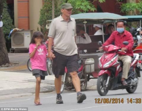 Σοκ: Παιδεραστής απεικονίζεται να περπατά με ανήλικα κορίτσια! (εικόνες)