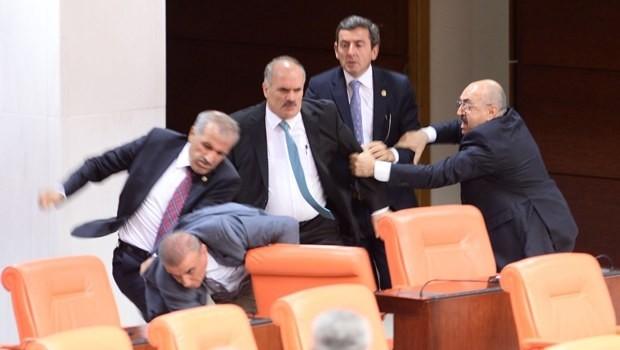Άναψαν τα αίματα στην τουρκική βουλή! Πιάστηκαν στα χέρια  (pics+video)