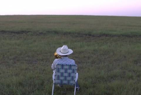 Δεν υπάρχει! Αγρότης καλεί τις... αγελάδες του με ένα τρομπόνι! (pics+video)