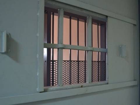 Άρτα: Σύλληψη 37χρονης για εισαγωγή ναρκωτικών σε κρατητήρια