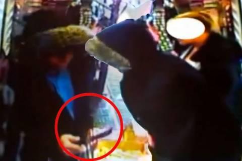 Βρετανία: Ηρωική πελάτισσα έδιωξε οπλισμένο ληστή! (video)