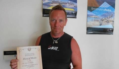 Ρόδος: Τίμησαν τουρίστα που έχει κάνει 105 φορές διακοπές στο νησί
