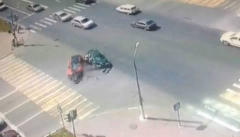 Θαύμα: Δίδυμα πετάγονται από αμάξι μετά από συγκλονιστικό τροχαίο! (βίντεο)