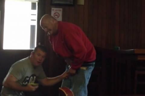 Η εφιαλτική στιγμή κάθε άντρα: Το φερμουάρ έπιασε το... (βίντεο)