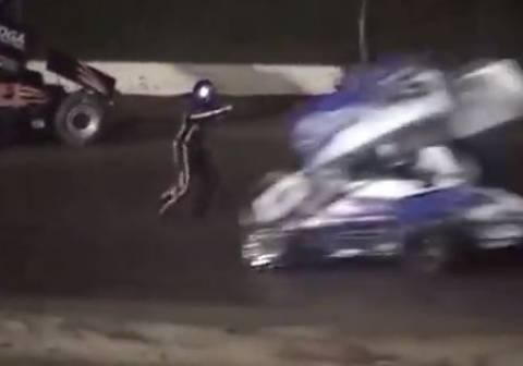 Πρωταθλητής του NASCAR χτύπησε και σκότωσε οδηγό κατά τη διάρκεια αγώνα (vid)