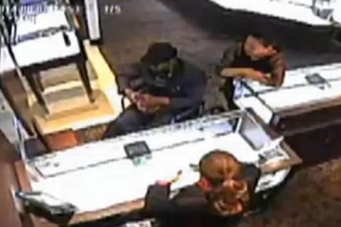 ΗΠΑ: Έκλεψε πανάκριβο ρολόι παριστάνοντας τον ανάπηρο! (video)