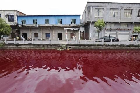 Κίνα: Ποτάμι άλλαξε χρώμα σε μια νύχτα! (video+photos)