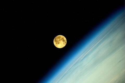 Δείτε την πανσέληνο από το διάστημα (pics)