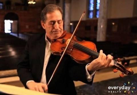 ΑΠΙΣΤΕΥΤΟ: Παίζει βιολί την ώρα που χειρουργείται στον εγκέφαλο (pic-vid)