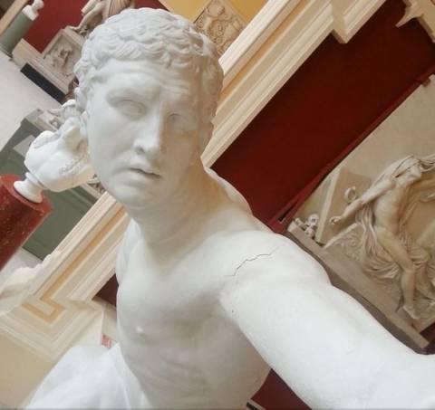 Μας άφησαν άφωνους: Δείτε αγάλματα να… βγάζουν selfies (pics)!