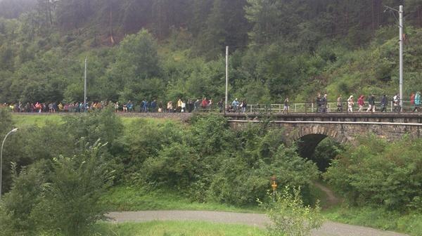 Ελβετία: Εκτροχιασμός τρένου - Βαγόνια κρέμονται σε χαράδρα (pics)