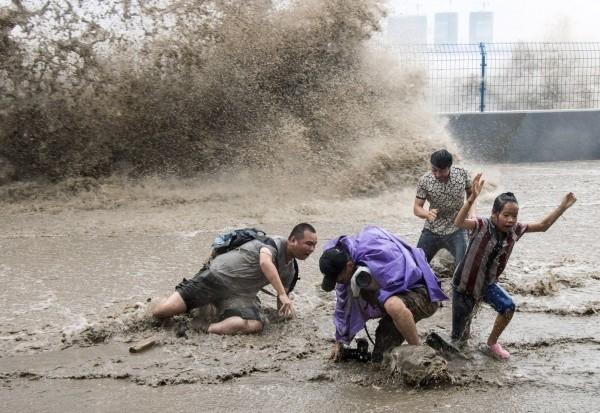 Απίστευτες εικόνες: Έτρεχαν να γλιτώσουν-Τους πήρε το ποτάμι