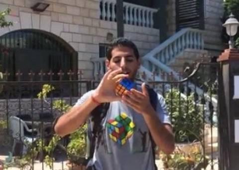 Tαξίδεψε σε 11 χώρες για να λύσει τον κύβο του Ρούμπικ (vid)