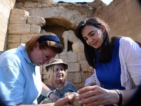 Αποκάλυψη για Αμφίπολη: Έβαλαν μικροκάμερα μέσα στον τάφο – Τι είδαν