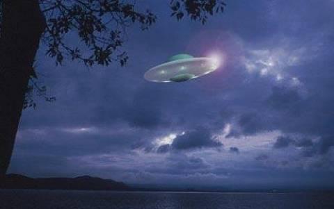 UFO στον ουρανό της Αμερικής κατά τη διάρκεια καταιγίδας (vid)