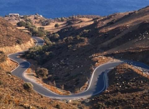 Κρήτη: Η φωτογραφία που «σαρώνει» στα social – Κλούβα κρέμεται από γέφυρα