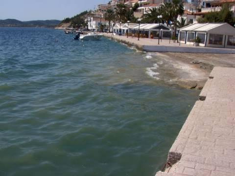 Αστικά λύματα κατέληξαν στην παραλία της Αιδηψού