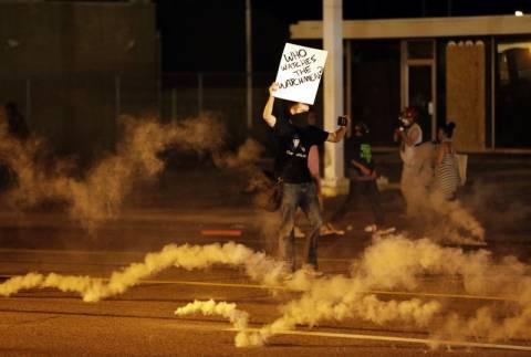 Δακρυγόνα και χειροβομβίδες κρότου λάμψης από την αστυνομία στο Φέργιουσον