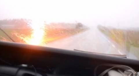 Σώθηκαν από θαύμα - Κεραυνός πέφτει δίπλα σε αυτοκίνητο (vid)