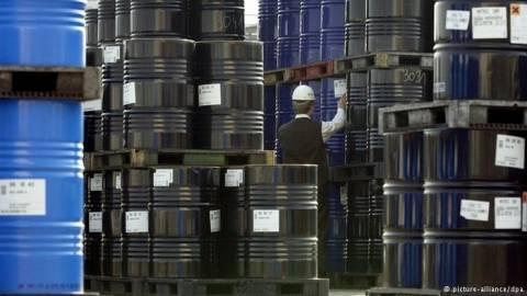 DW: Χαμηλή η τιμή του πετρελαίου παρά τις κρίσεις
