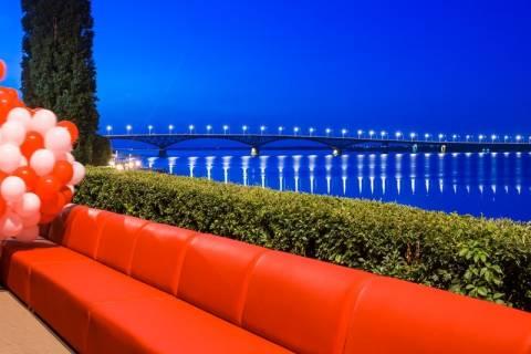 O μεγαλύτερος καναπές του κόσμου μπορεί να φιλοξενήσει... 2.500 άτομα