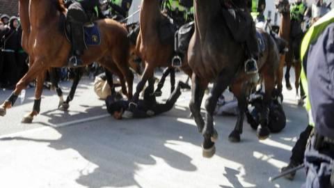 Σουηδία: Έφιπποι αστυνομικοί ποδοπάτησαν αντιδιαδηλωτές σε συγκέντρωση της ακροδεξιάς