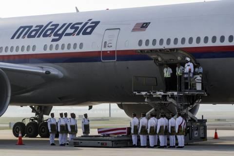 Έφτασαν στη Μαλαισία οι σοροί τριών θυμάτων του Boeing της Malaysia