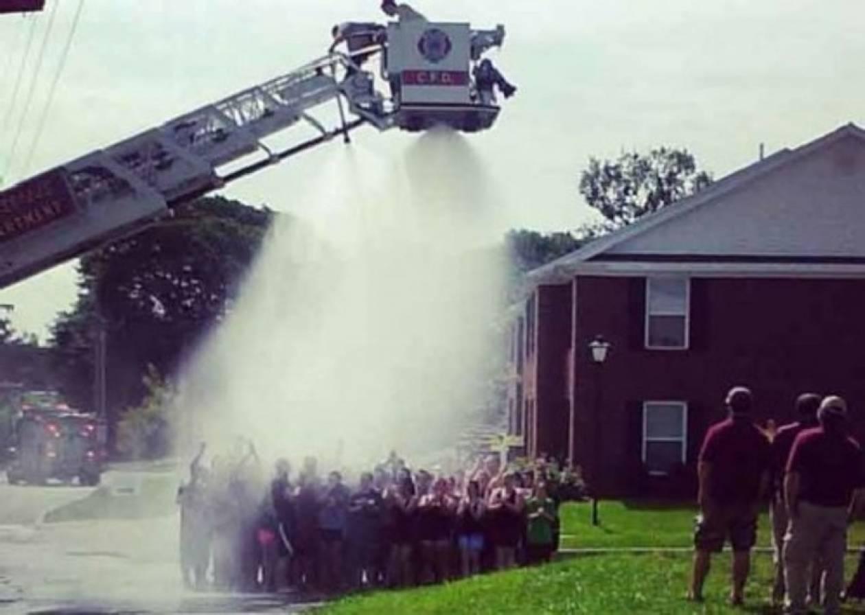 ΗΠΑ: Πυροσβέστες υπέστησαν ηλεκτροπληξία μπουγελώνοντας φοιτητές! (vid+phs)