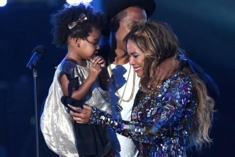 Διάσημη τραγουδίστρια ξεσπά σε κλάματα! (βίντεο)