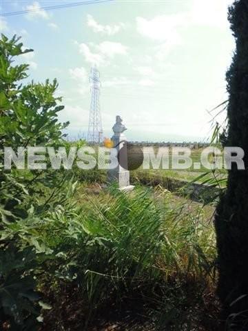 Σε πλήρη εγκατάλειψη το άγαλμα του Διάκου στην Αλαμάνα (pics)