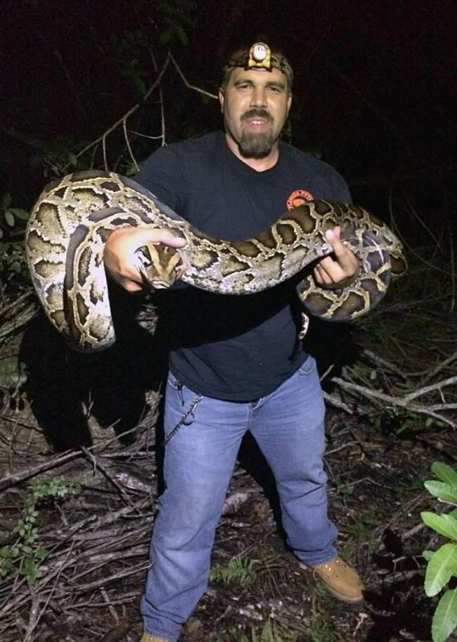 ΗΠΑ: Ο οικολόγος που παλεύει με τα φίδια! (video+photos)