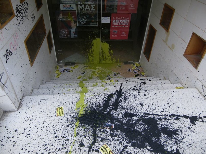 Επίθεση με μπογιές στα γραφεία του ΣΥΡΙΖΑ από οπαδούς της ΑΕΚ (pics)