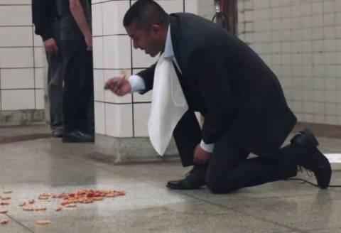 Τορόντο: Δε φαντάζεστε γιατί έφαγε από το πάτωμα του μετρό! (video+photos)