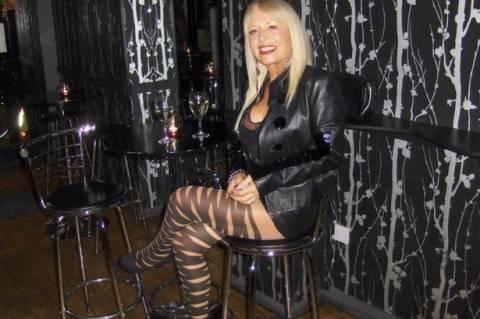 Σέξι στα 73: Η χήρα με τα δερμάτινα και τα δικτυωτά καλσόν! (pics)