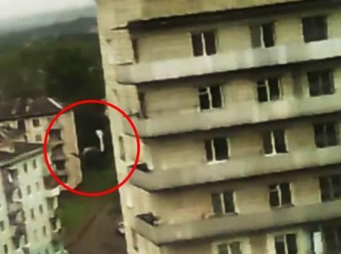 Βίντεο: Η σοκαριστική στιγμή που διαρρήκτης πέφτει στο κενό