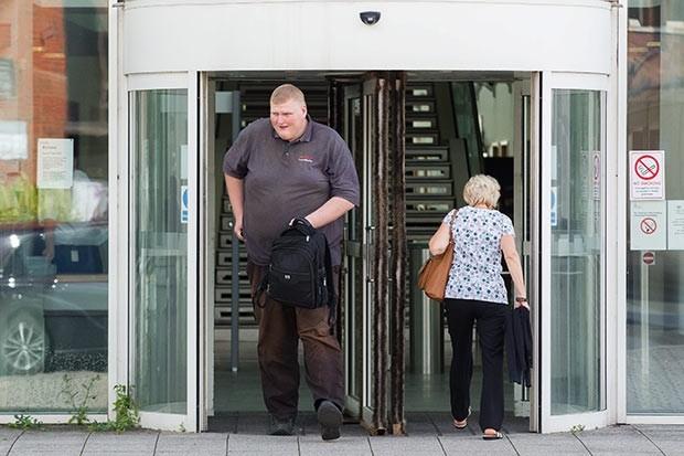 Γιγάντιος εγκληματίας δε φυλακίζεται λόγω... μεγέθους! (pics)