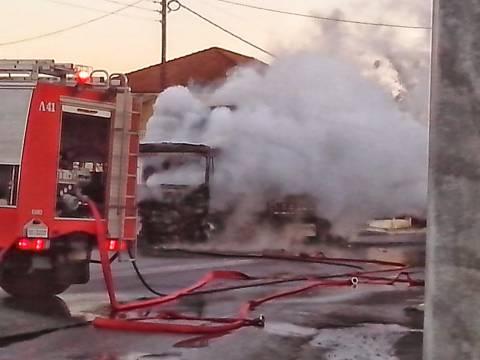 Στις φλόγες τυλίχθηκε φορτηγό στο σταθμό διοδίων στο Μαλακάσι