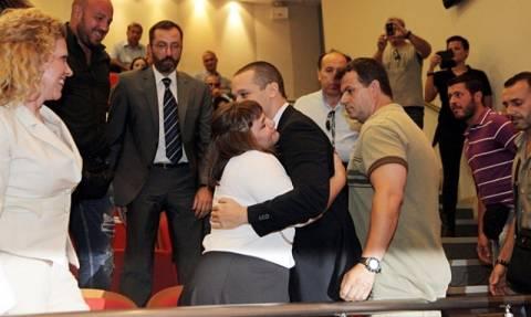 Η αγκαλιά της Ουρανίας Μιχαλολιάκου στον Ηλ. Κασιδιάρη (pics)